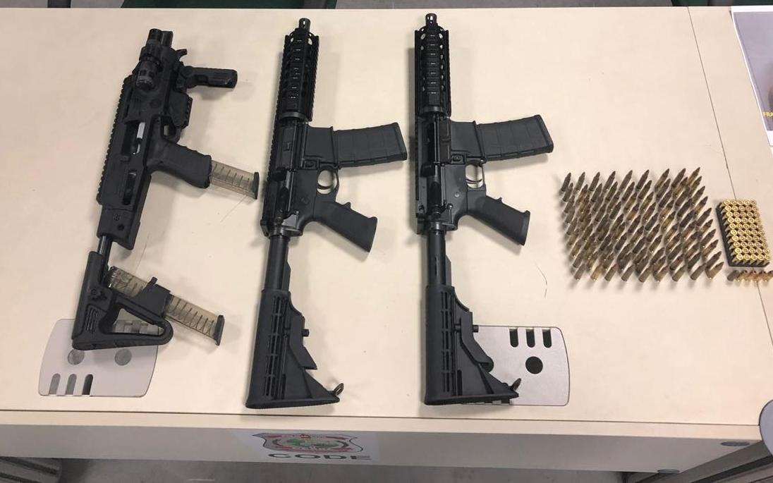 DRF apreende dois fuzis e kit que transforma pistola em arma longa com trio na RMF