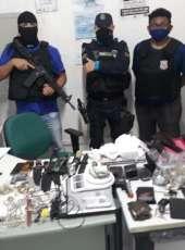 Polícias Militar e Civil prendem dupla e apreendem armas, drogas e munições em Itaitinga